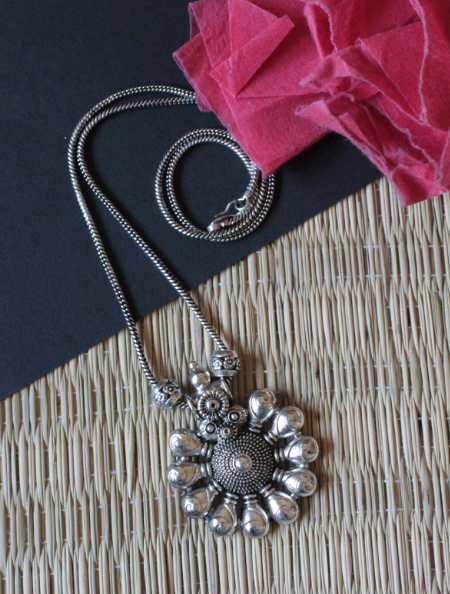 Floral SHaped pendent necklace | kauracious.com