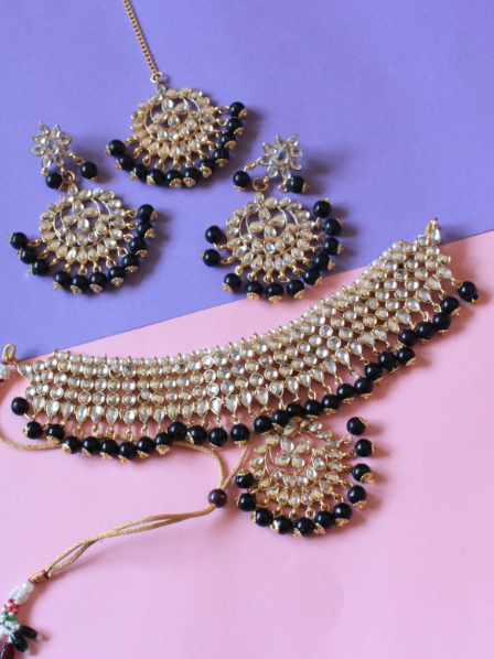 Regular kundan studded black beads choker set with maang tikka  | kauracious.com