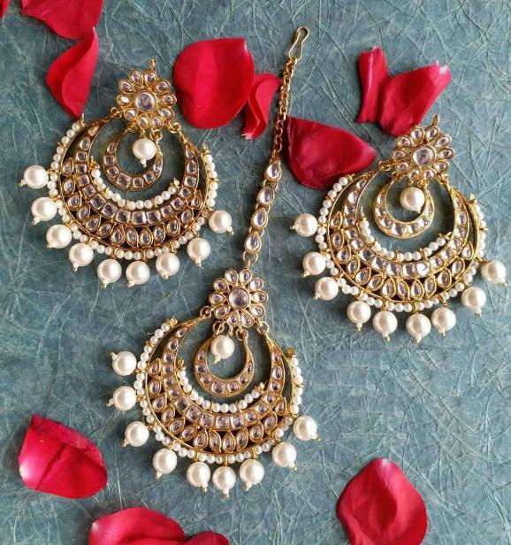 Oversized faux pearl studded kundan Maang tikka set | Kauracious.com